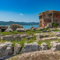 Fortezza della Linguella mit Torre del Martello und Ruinen der römischen Villa